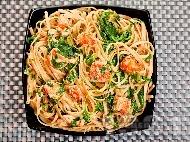 Паста фетучини (или спагети) със сос от сьомга, спанак, зехтин и праз лук